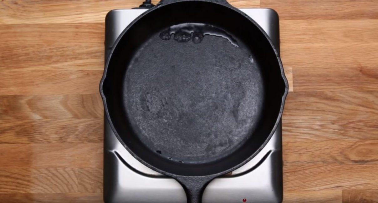 Лучше всего сделать это способом, описанным ранее – при помощи нагрева пустой сковороды