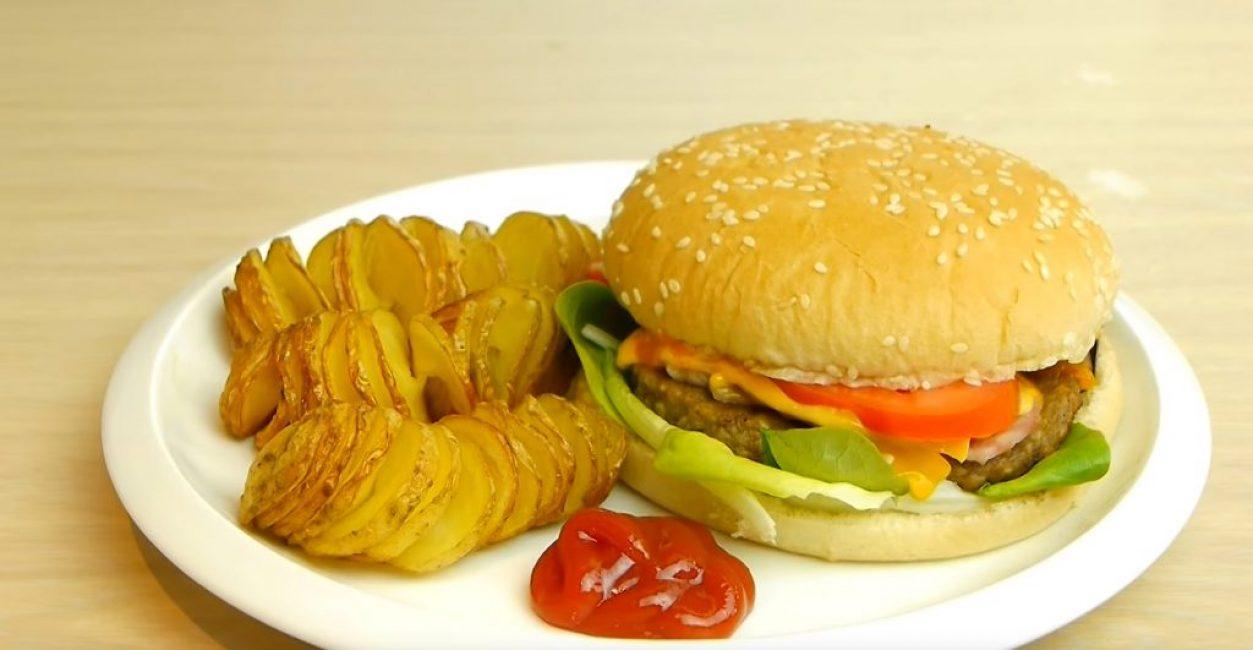 Запечённый спиралью картофель с соусом – отличная добавка к гамбургеру