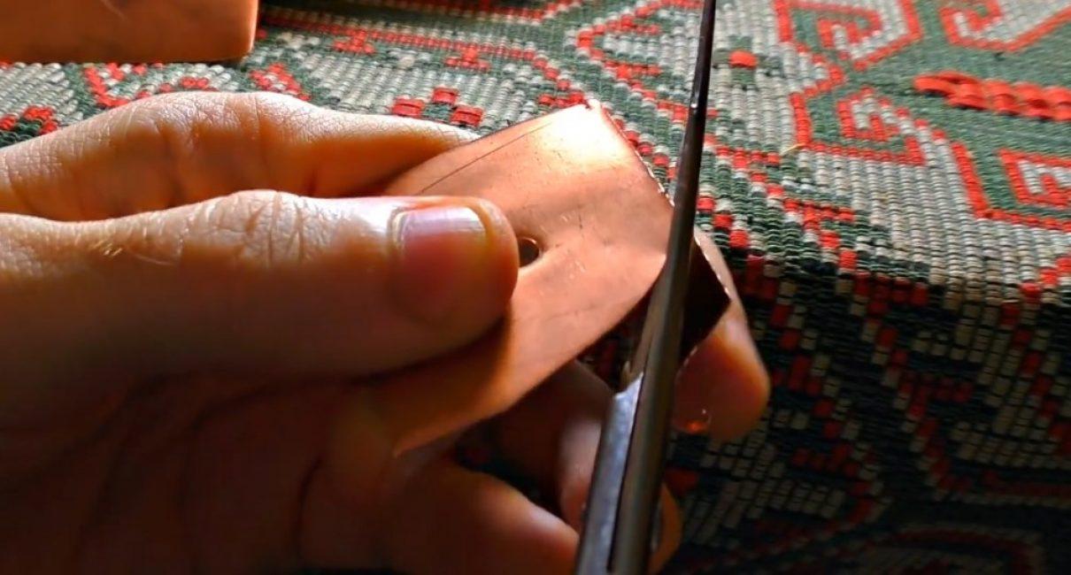 Обычные ножницы хорошо режут медную фольгу
