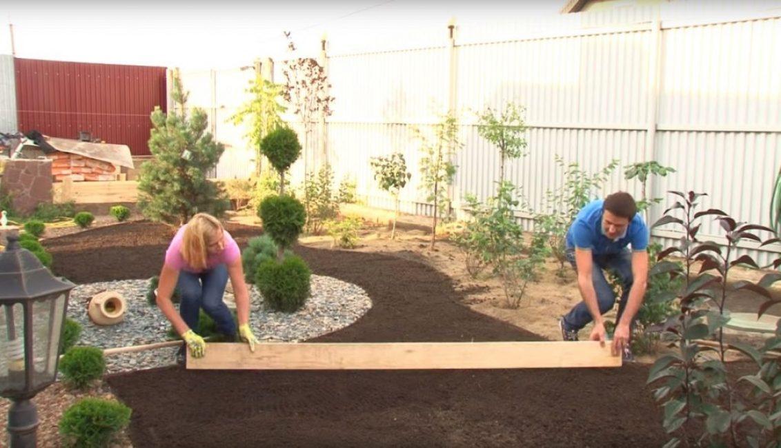 Доска берётся за два конца и ею проводят по поверхности площадки для газона