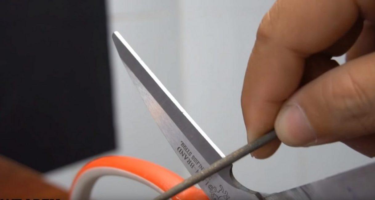 Ножницы затачиваются при помощи надфиля