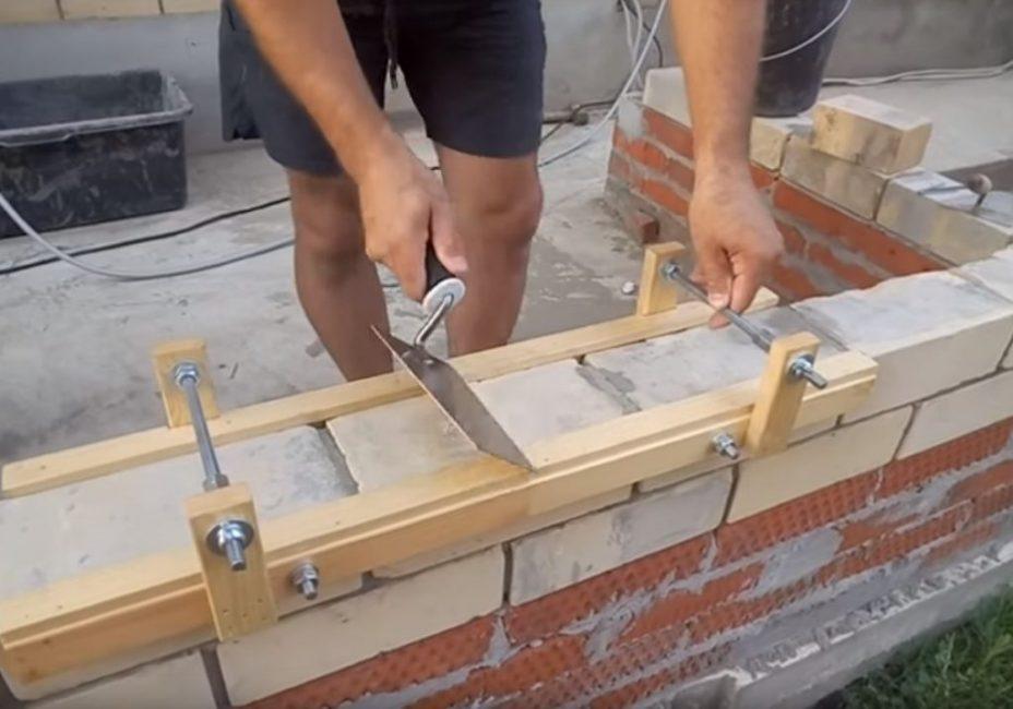 После заполнения одного участка вся конструкция сдвигается, и раствор накладывается на новое место