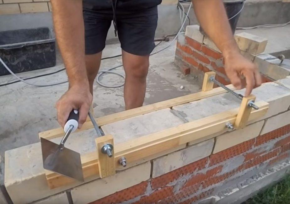 Боковые рейки для крепления шпилек имеют длину порядка 100 мм