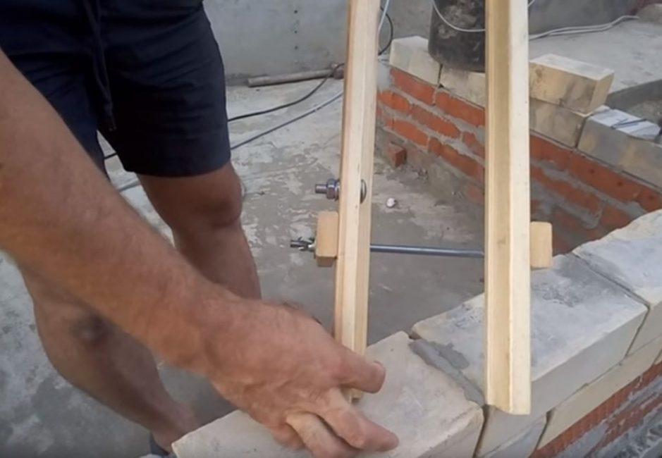 Планка, расположенная со стороны шляпок, заведомо больше (10-15 мм)