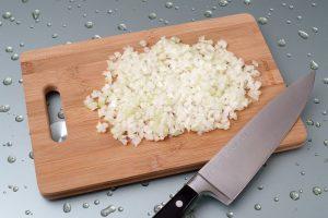 Как мелко нарезать лук: простая пошаговая инструкция