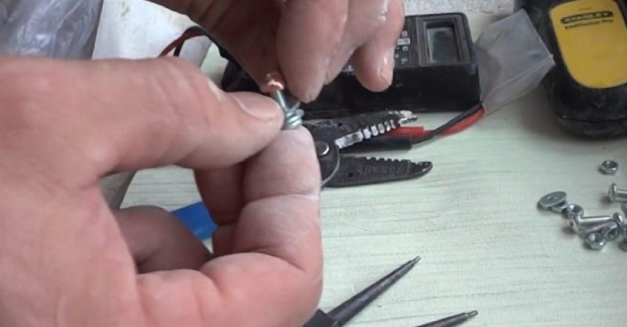 Медный провод соприкасается с шайбой, но не с алюминием