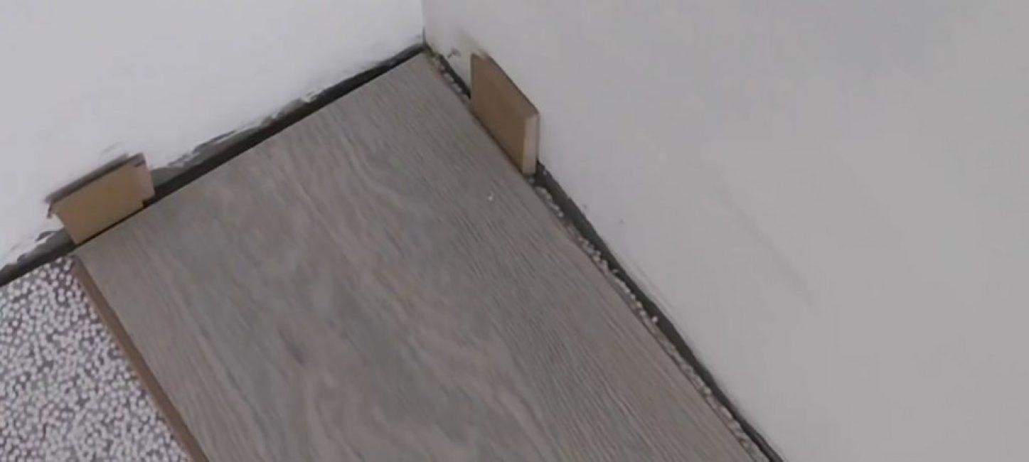Одну подкладку – с торца, и несколько вдоль стены