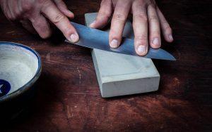 Правильная техника заточки ножей точильным камнем [ЛАЙФХАК]