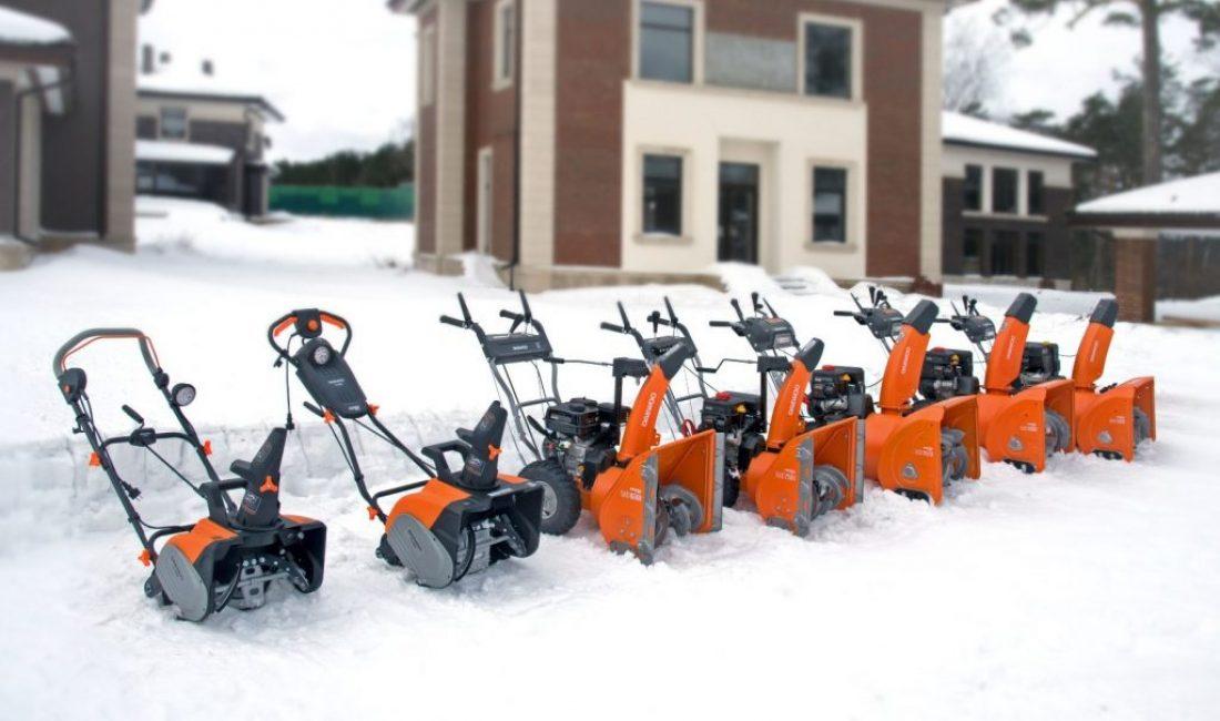 Уборка выпавшего снега займет считанные минуты, если использовать снегоуборщики на бензиновом либо электрическом двигателе