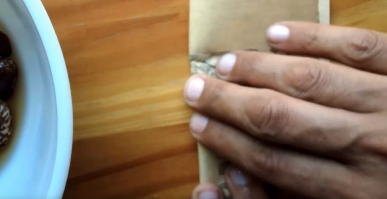 Круговыми движениями нужно потереть семена внутри наждачной бумаги