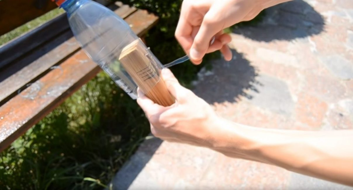 Бутылка устанавливается в прорезь