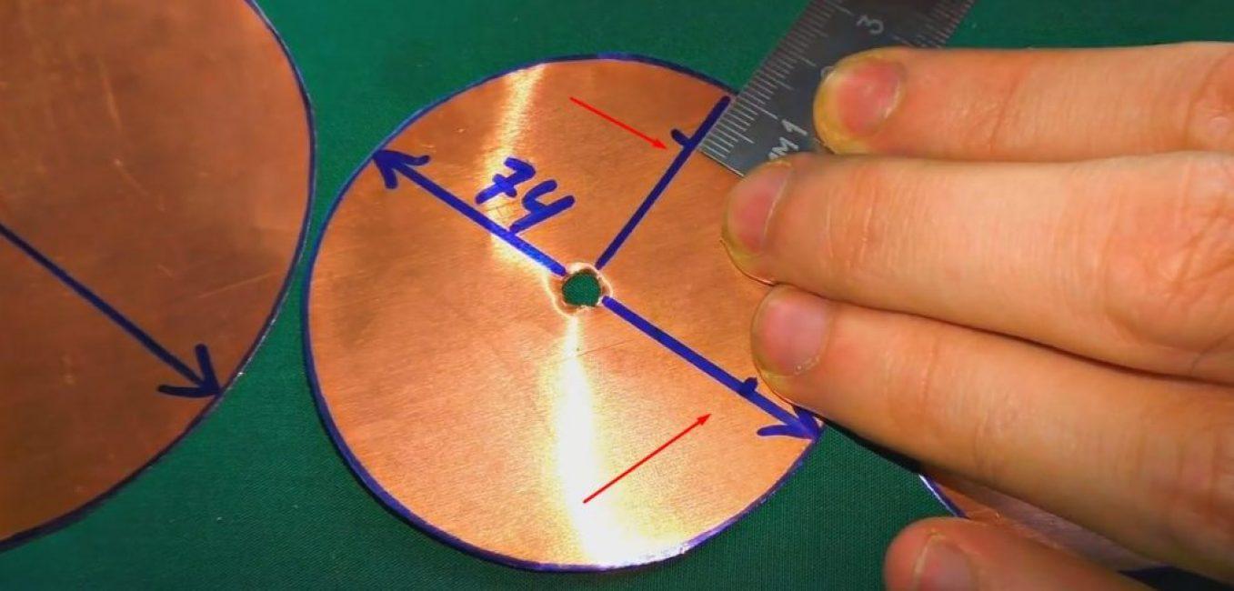 11мм - 2 шт., строго перпендикулярно по радиусу