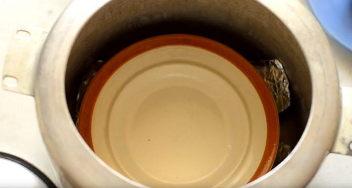 На подставку следует установить небольшую тарелку