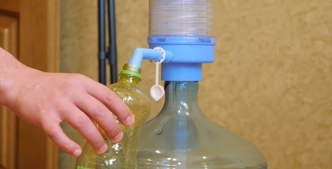 В большую бутылку следует набрать воды