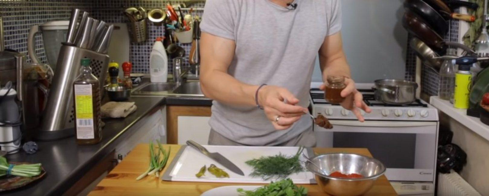 Аджика добавляется в соус в количестве столовой ложки с горкой