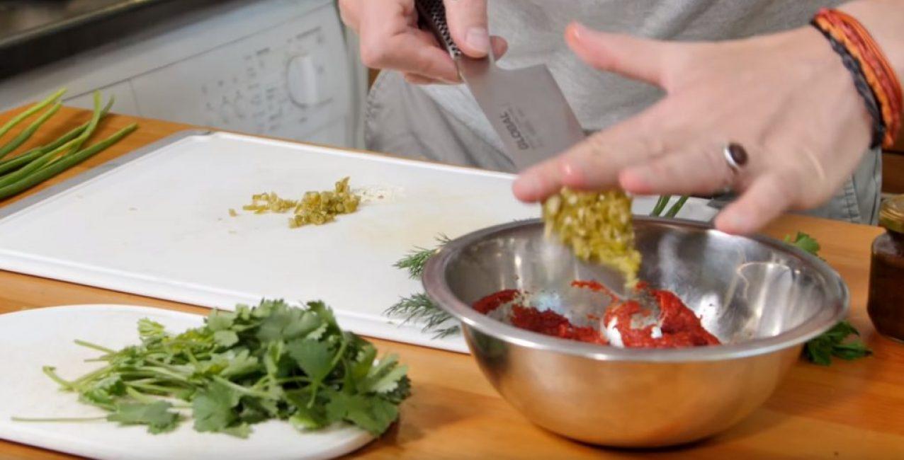 Перец отправляют в миску с томатной пастой и аджикой