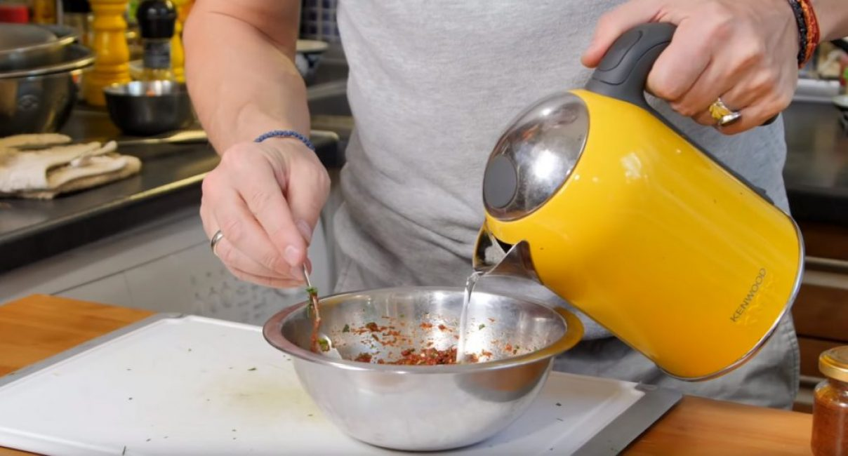 Добавление воды в соус