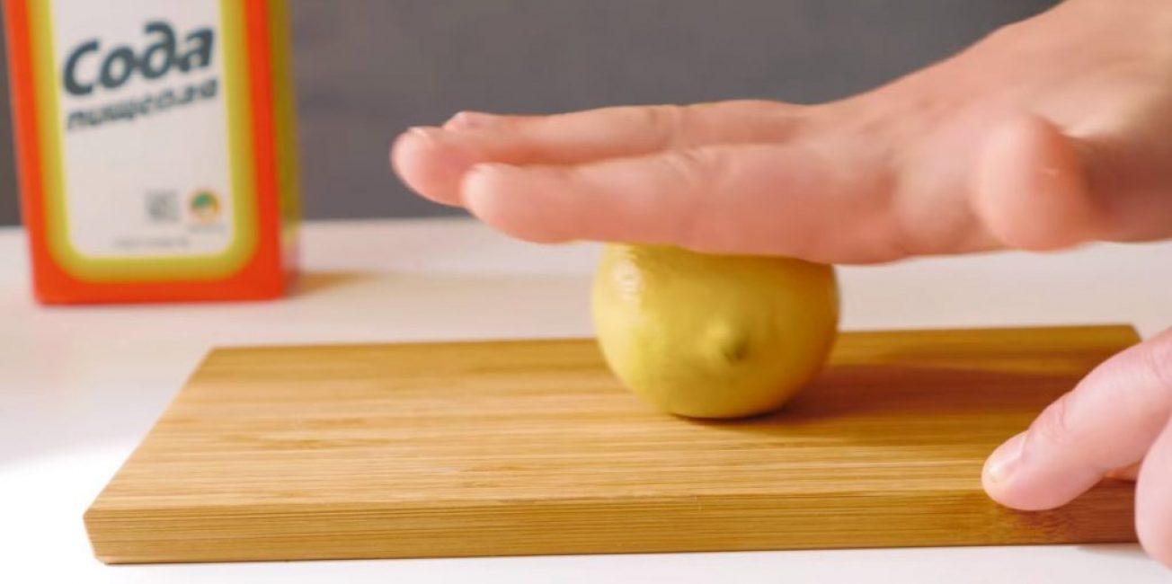 Лимон слегка раскатывают