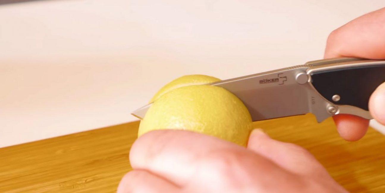 Лимон разрезают ножом на две половинки