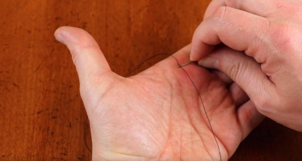 Начальное расположение нитки с иголкой