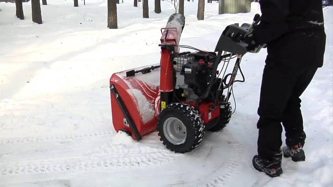 Бензиновый самоходный снегоуборщик