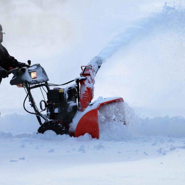 Бензиновый снегоуборщик в работе
