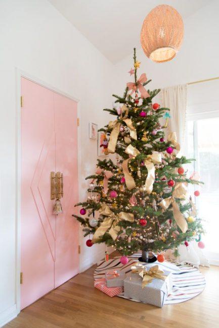Гигантские золотые банты – модный лук для новогодней красавицы