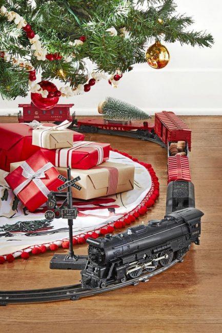 Декор в винтажном стиле – это не только украшения с историей, это и игрушки, например, старинная железная дорога! Пусть вокруг ели пыхтит новогодний поезд!
