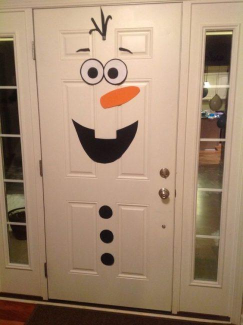 Дверь со снеговиком приводит в умиление