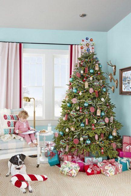 Это дерево не только красивое, но и вкусное. Ведь в декоре использованы леденцы, конфеты и пряничный домик