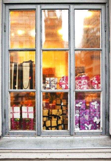 Окно может играть роль елки: складывайте подарки разных размеров прямо на подоконнике