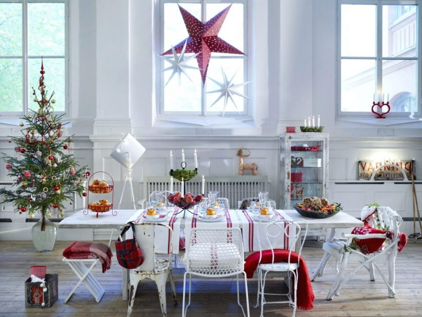 Трио красно-белых звезд – красивый атрибут новогодней атмосферы