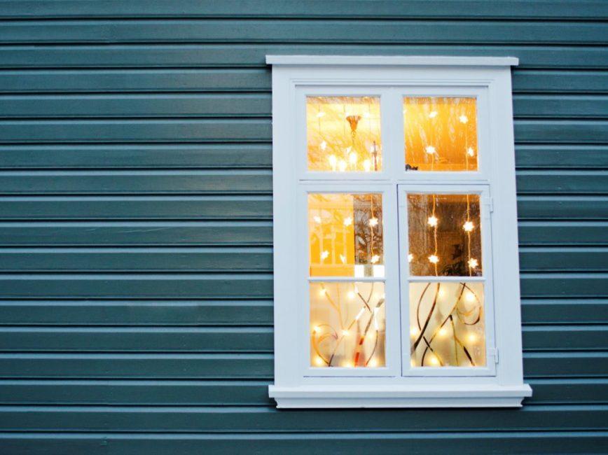 Теплые огни придадут большей элегантности просторному окну