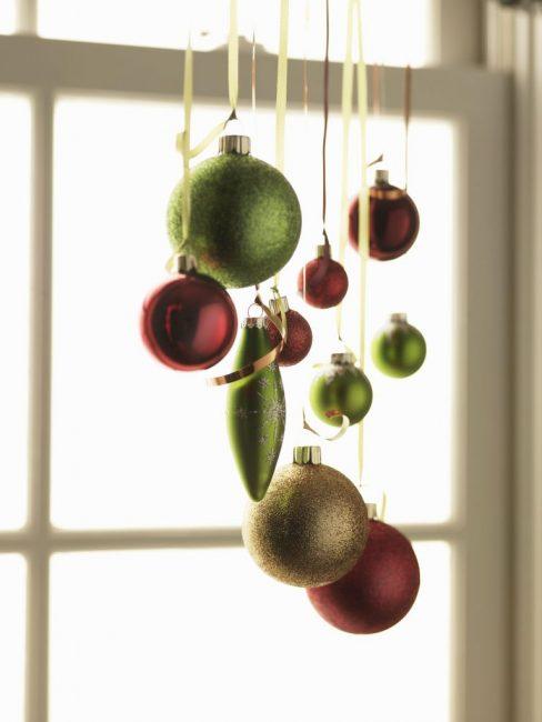 Небольшая группа елочных шариков может стать подвесом на окно
