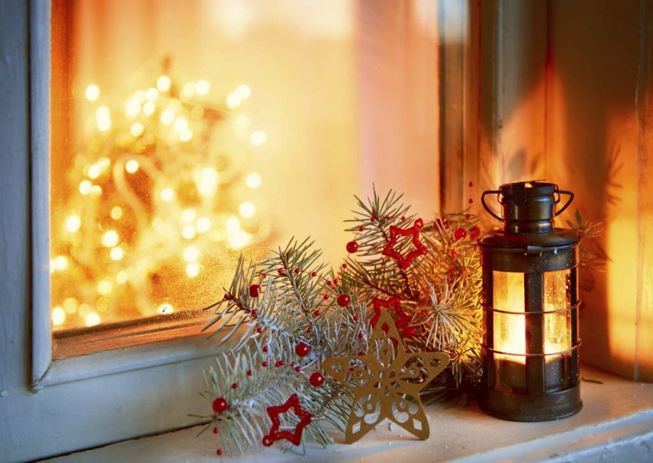 Небольшой фонарь на подоконнике создаст мягкое, приятное свечение