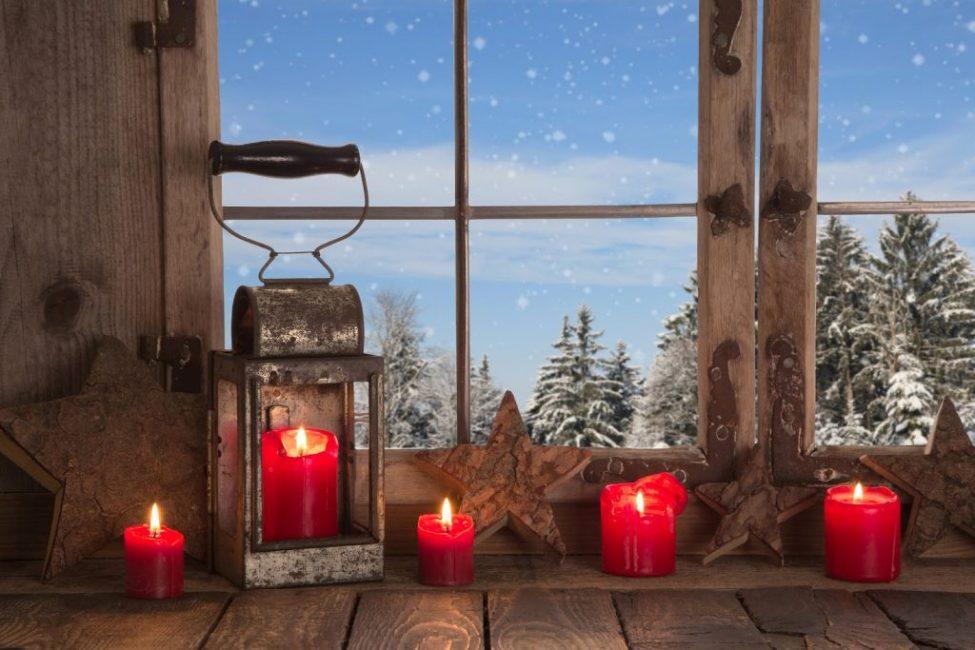 Простой способ создать новогодний декор – выставить коллекцию свечек в разных подсвечниках