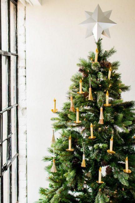 Создать романтичное новогоднее настроение помогут свечи и золотые кисточки ручной работы