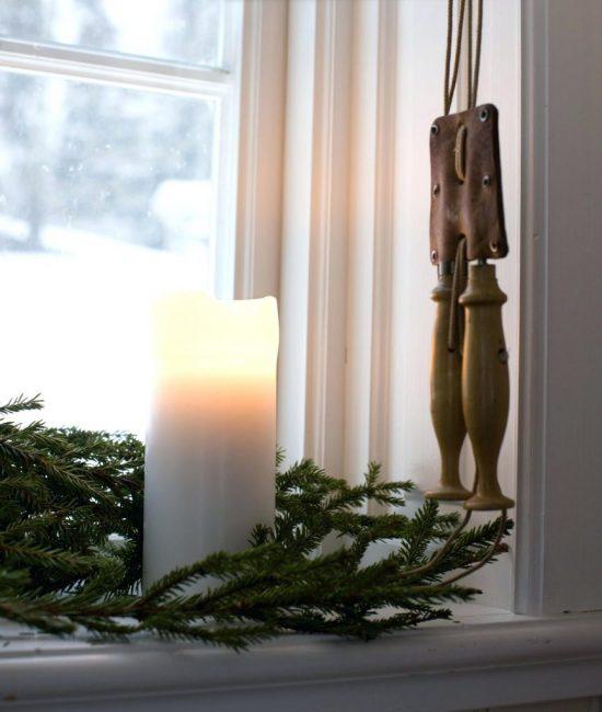 Рядом со свечей положите сосновые ветки, это придаст зимней свежести
