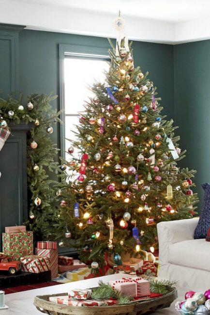 Дерево, оформленное в ретро стиле со старыми стеклянными игрушками
