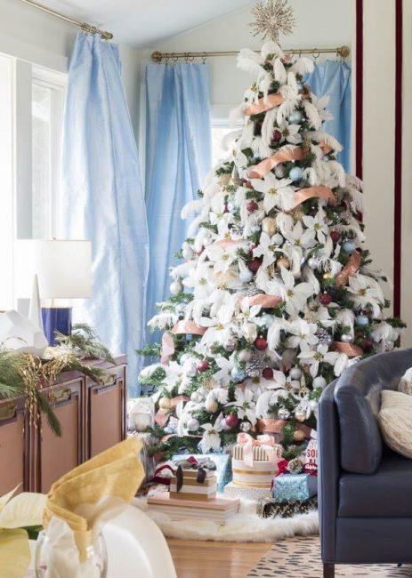 17 Нарядный пушистый декор делает новогоднее дерево немного экзотичным. Перья скрывают пустоты и придают текстуру