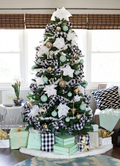 24 В тон текстилю в гостиной можно подобрать не только игрушки, а декоративные ленты