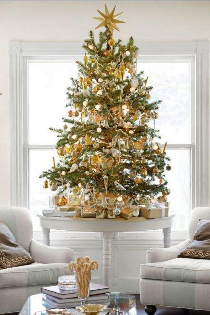 74 Обилие золота на дерево грамотно разбавлено матовым серебром, белым м стеклом – все в духе благородной роскоши