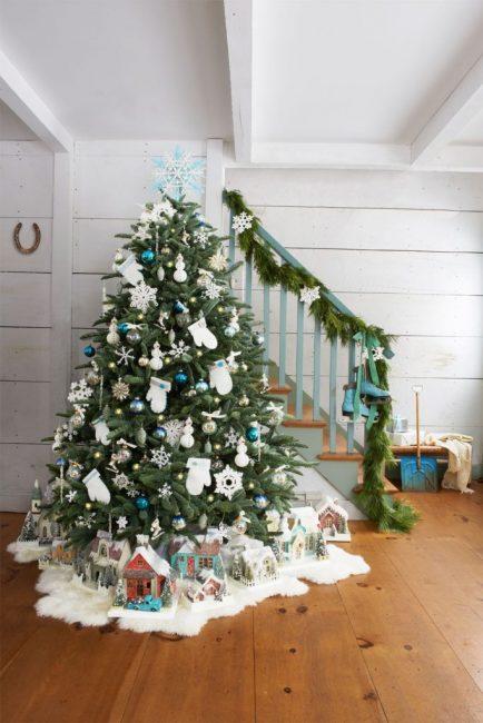 Варежки и снеговики из фетра, пара старых коньков на лестнице и сверкающая рождественская деревня у елки – нестандартное представление праздника