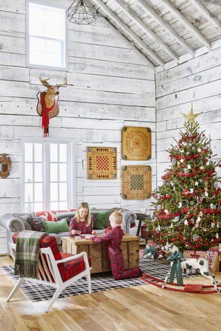 Английская клетка – необычная идея декора. Лента в клетку украшает ель, коробки с подарками и даже одежду детей!