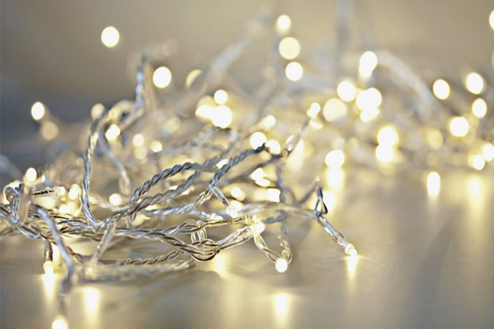 Гирлянды с белыми или прозрачными проводами подходят только для светлых елей