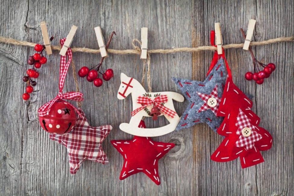 Яркий декор из сшитых самостоятельно фигурок с новогодним настроением (плотная шерстяная ткань, нитки, вата)