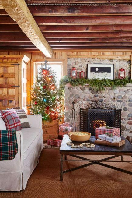 Декор – застрявший во времени! Юбка из деревянного ящика, шишки, гирлянда из поп-корна и немного стеклянных шаров
