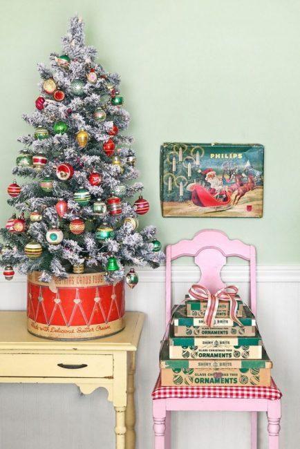 Для меленького дерева в качестве опоры можно взять старую винтажную коробку от конфет или печенья