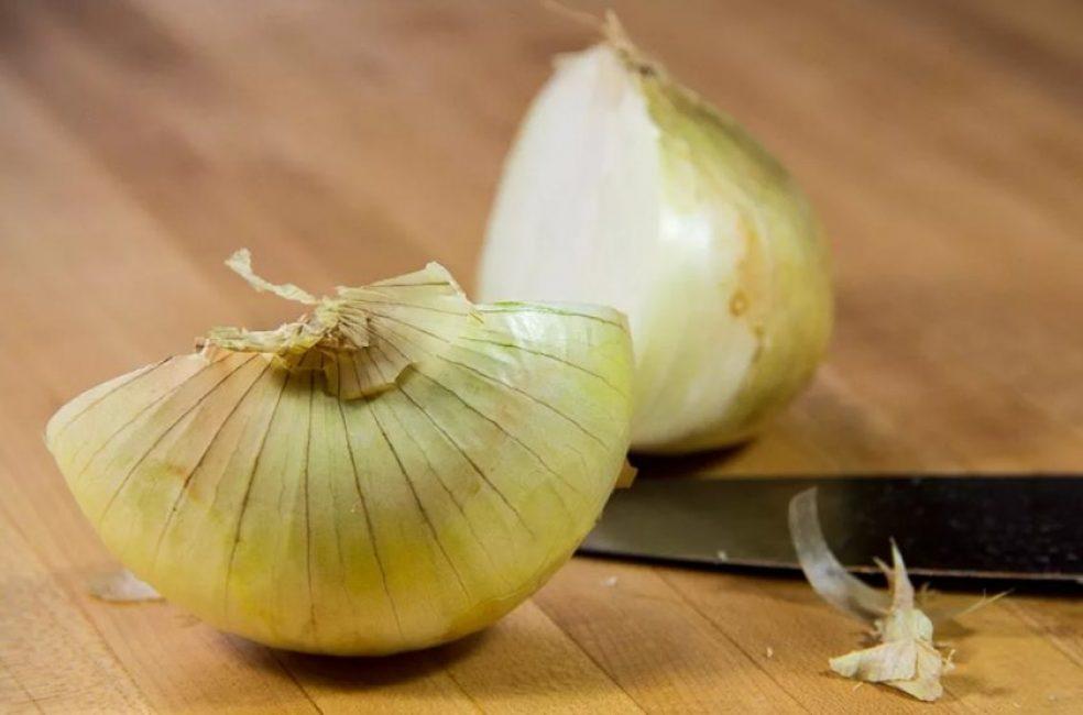 Резаный или тёртый лук применяется в качестве ингаляции при кашле
