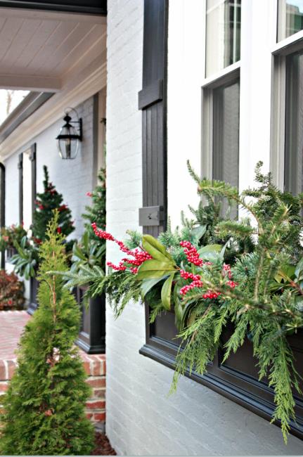 Не забывайте украсить снаружи: это можно сделать с помощью простой коробки и веточек зелени